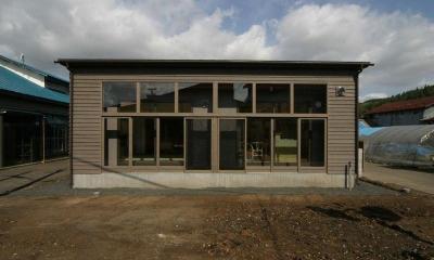『木戸石の家』自然素材に囲まれた優しい住まい (ガラス張りの平屋住宅外観)