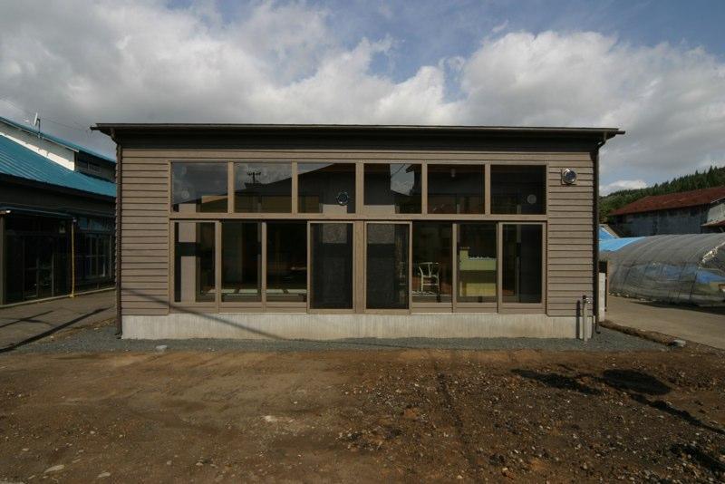 『木戸石の家』自然素材に囲まれた優しい住まいの部屋 ガラス張りの平屋住宅外観