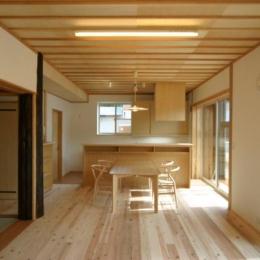 自然素材に囲まれたLDK (『木戸石の家』自然素材に囲まれた優しい住まい)