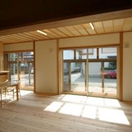 優しい光に包まれるLDK (『木戸石の家』自然素材に囲まれた優しい住まい)