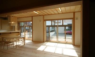 『木戸石の家』自然素材に囲まれた優しい住まい (優しい光に包まれるLDK)