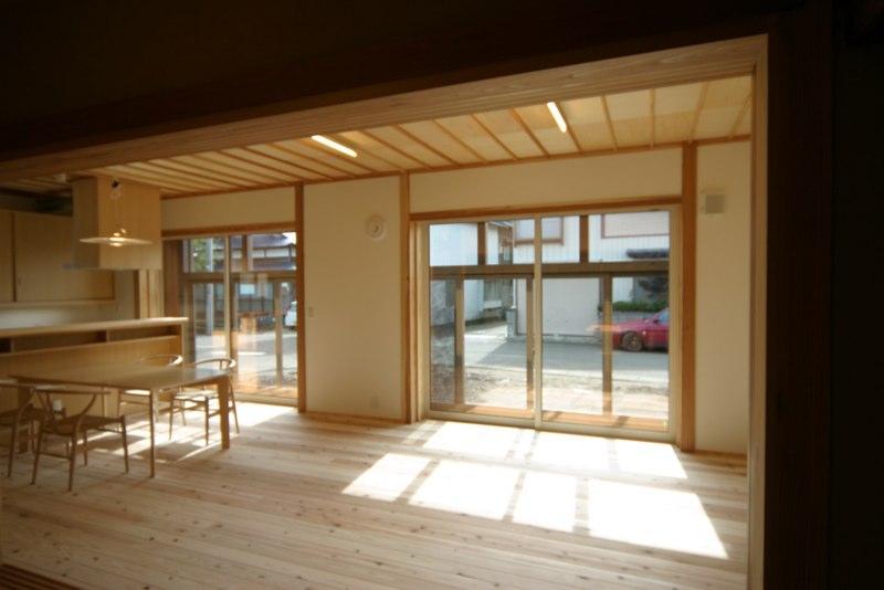 『木戸石の家』自然素材に囲まれた優しい住まいの部屋 優しい光に包まれるLDK