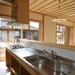 明るいオープンキッチン (『木戸石の家』自然素材に囲まれた優しい住まい)