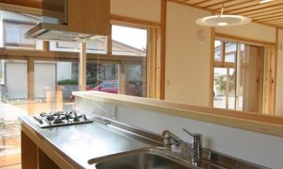 『木戸石の家』自然素材に囲まれた優しい住まい (明るいオープンキッチン)