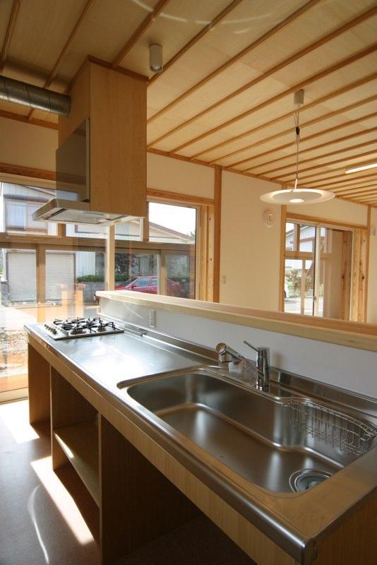 『木戸石の家』自然素材に囲まれた優しい住まいの部屋 明るいオープンキッチン