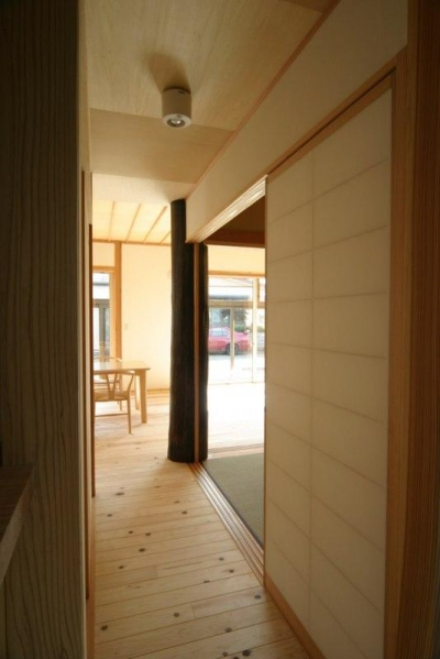 『木戸石の家』自然素材に囲まれた優しい住まい (廊下よりリビングを見る)