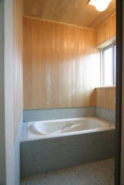 『木戸石の家』自然素材に囲まれた優しい住まい (木目美しい和風浴室)