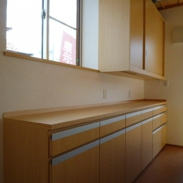 木目美しいキッチンの背面収納 (『木戸石の家』自然素材に囲まれた優しい住まい)