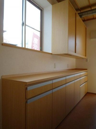 『木戸石の家』自然素材に囲まれた優しい住まい (木目美しいキッチンの背面収納)