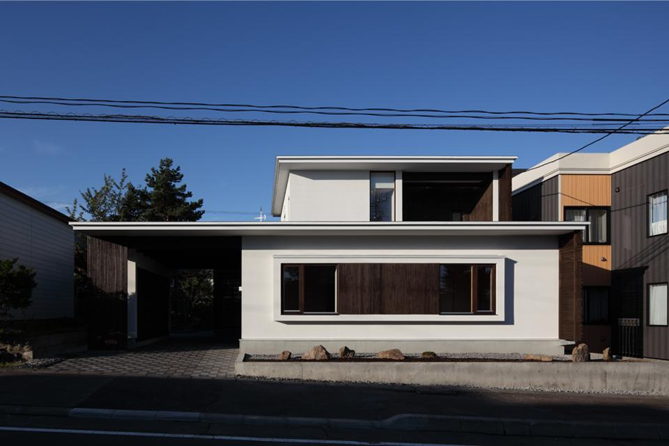 『銭函 光庭の家』質感の深みが感じられるシンプルな住まいの部屋 シンプルモダンな外観