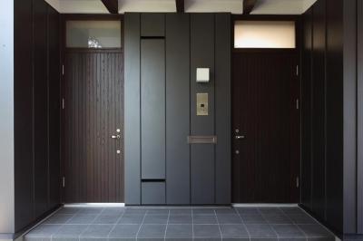 黒基調のシックな玄関 (『銭函 光庭の家』質感の深みが感じられるシンプルな住まい)