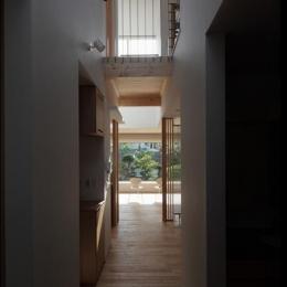 『銭函 光庭の家』質感の深みが感じられるシンプルな住まい (廊下・ブリッジ)