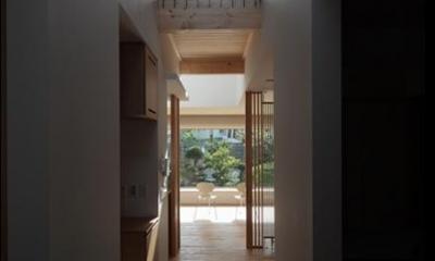廊下・ブリッジ|『銭函 光庭の家』質感の深みが感じられるシンプルな住まい