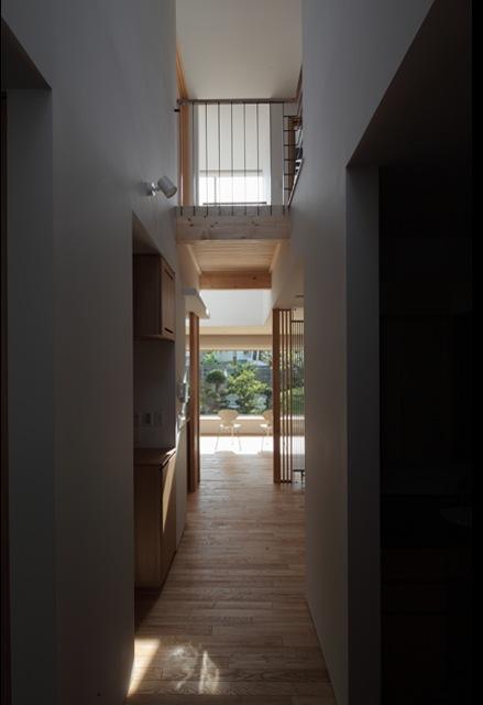 『銭函 光庭の家』質感の深みが感じられるシンプルな住まいの部屋 廊下・ブリッジ