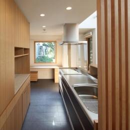 『銭函 光庭の家』質感の深みが感じられるシンプルな住まい (ピクチャーウィンドウのあるキッチン)