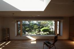 『銭函 光庭の家』質感の深みが感じられるシンプルな住まい (季節の移ろいを楽しむリビング)
