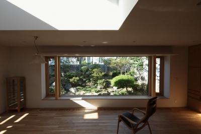 季節の移ろいを楽しむリビング (『銭函 光庭の家』質感の深みが感じられるシンプルな住まい)