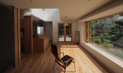 『銭函 光庭の家』質感の深みが感じられるシンプルな住まい (光溢れるLDK)