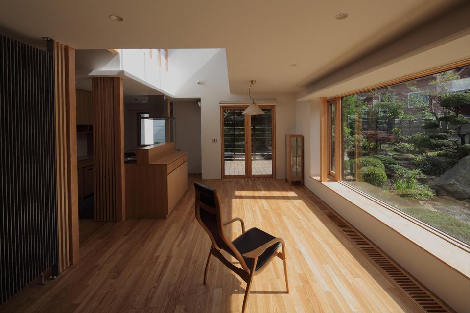 『銭函 光庭の家』質感の深みが感じられるシンプルな住まいの部屋 光溢れるLDK