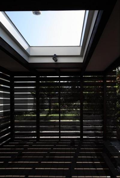 『銭函 光庭の家』質感の深みが感じられるシンプルな住まい (リビング併設の開放的なテラス)