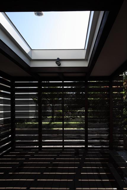 『銭函 光庭の家』質感の深みが感じられるシンプルな住まいの部屋 リビング併設の開放的なテラス