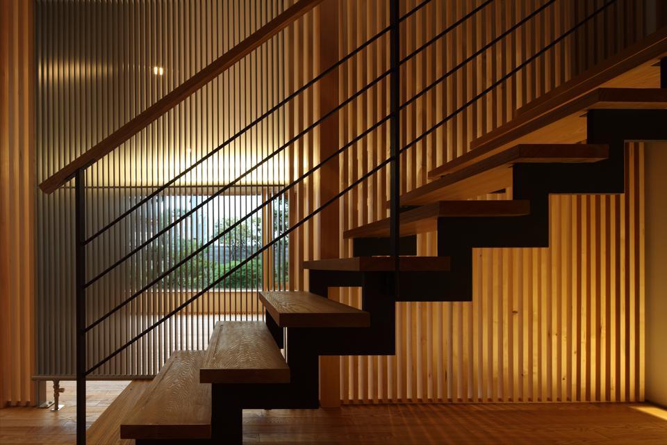 『銭函 光庭の家』質感の深みが感じられるシンプルな住まいの部屋 スケルトン階段