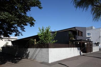 『マロニエ通りの家』家族を心地よく、緩やかにつなぐ二世帯住宅 (シャープな外観-2)