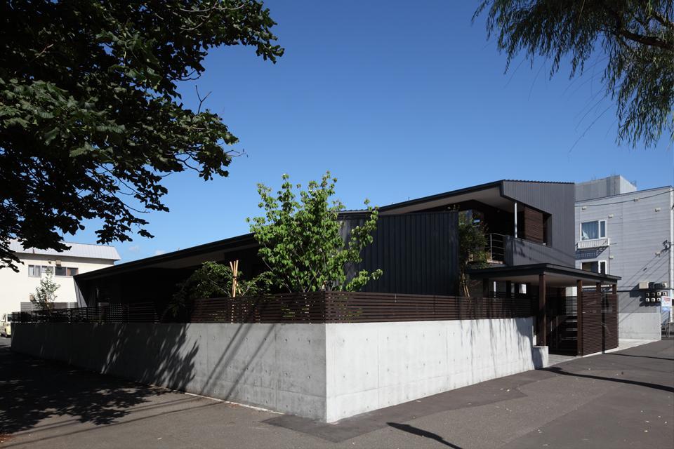 『マロニエ通りの家』家族を心地よく、緩やかにつなぐ二世帯住宅の部屋 シャープな外観-2