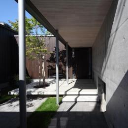 『マロニエ通りの家』家族を心地よく、緩やかにつなぐ二世帯住宅 (中庭を通るアプローチ)