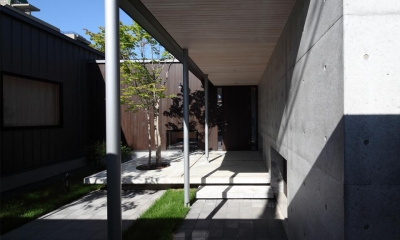 中庭を通るアプローチ 『マロニエ通りの家』家族を心地よく、緩やかにつなぐ二世帯住宅