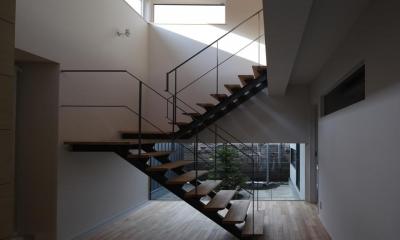 開放的な吹き抜け階段室-1|『マロニエ通りの家』家族を心地よく、緩やかにつなぐ二世帯住宅