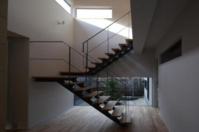 開放的な吹き抜け階段室-1 (『マロニエ通りの家』家族を心地よく、緩やかにつなぐ二世帯住宅)