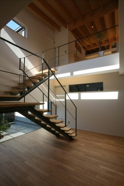 『マロニエ通りの家』家族を心地よく、緩やかにつなぐ二世帯住宅 (開放的な吹き抜け階段室-2)