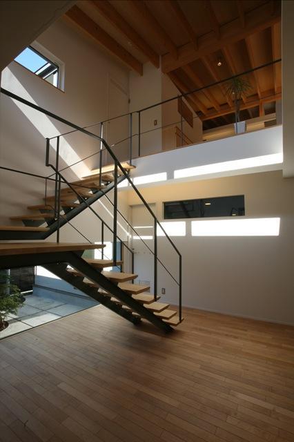 『マロニエ通りの家』家族を心地よく、緩やかにつなぐ二世帯住宅の部屋 開放的な吹き抜け階段室-2