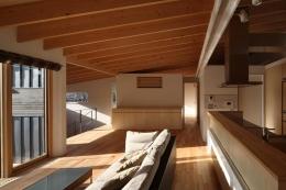 『マロニエ通りの家』家族を心地よく、緩やかにつなぐ二世帯住宅 (光溢れる子世帯LDK)