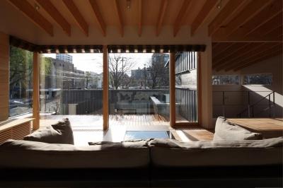 『マロニエ通りの家』家族を心地よく、緩やかにつなぐ二世帯住宅 (マロニエの木を望める子世帯リビング)