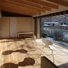 『マロニエ通りの家』家族を心地よく、緩やかにつなぐ二世帯住宅 (全面ガラス窓の親世帯リビング)