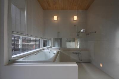 『マロニエ通りの家』家族を心地よく、緩やかにつなぐ二世帯住宅 (ガラス張りの浴室)