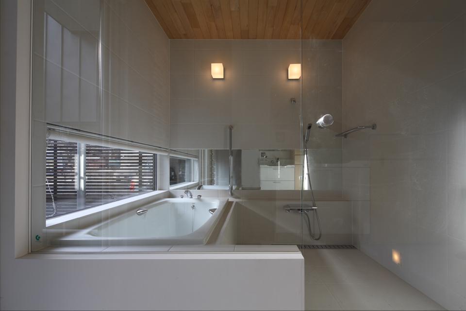 『マロニエ通りの家』家族を心地よく、緩やかにつなぐ二世帯住宅の部屋 ガラス張りの浴室