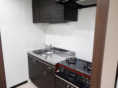 ダークブラウン基調のキッチン (『平凡新富ビル5F』生まれ変わったデザイナーズ物件)