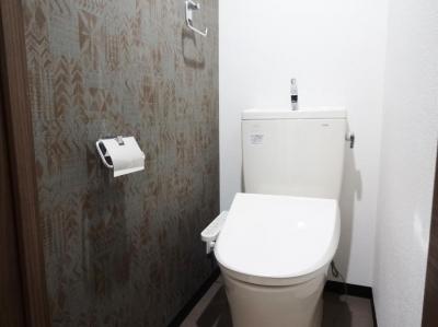 トイレ-アクセントクロス (『平凡新富ビル5F』生まれ変わったデザイナーズ物件)