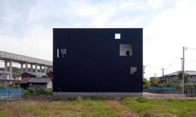 キューブ型の外観-3|『TO-house』ジャケットを羽織った家
