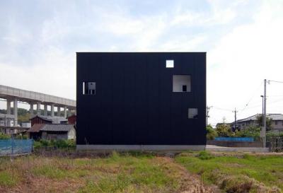 キューブ型の外観-3 (『TO-house』ジャケットを羽織った家)