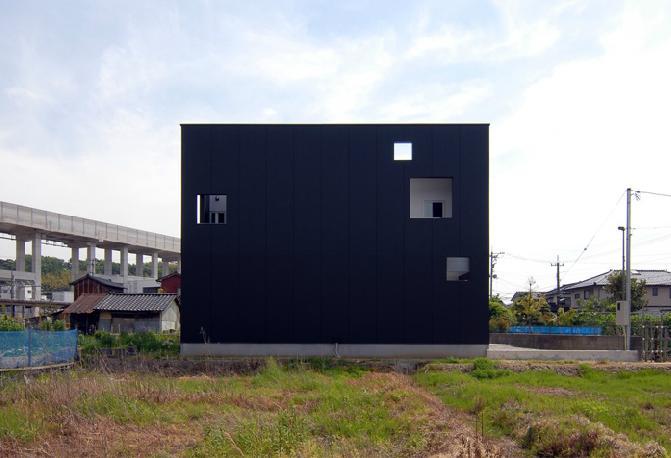 『TO-house』ジャケットを羽織った家の部屋 キューブ型の外観-3