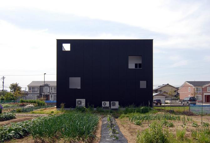 『TO-house』ジャケットを羽織った家の部屋 キューブ型の外観-4