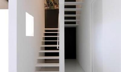 『TO-house』ジャケットを羽織った家 (スタイリッシュな階段室)