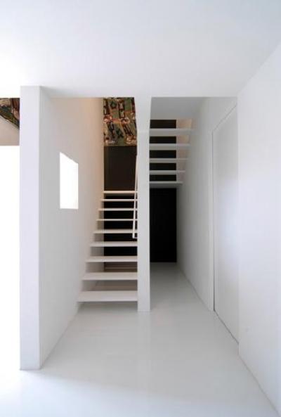 スタイリッシュな階段室 (『TO-house』ジャケットを羽織った家)
