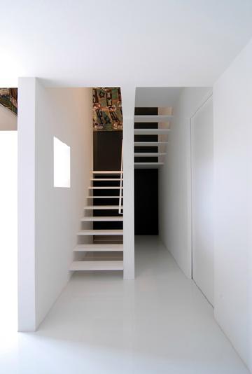 『TO-house』ジャケットを羽織った家の部屋 スタイリッシュな階段室