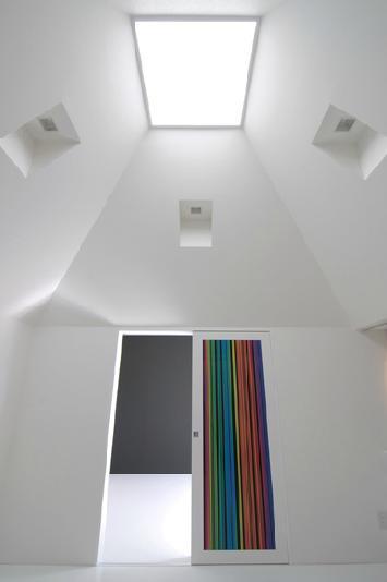『TO-house』ジャケットを羽織った家の部屋 トップライトより光の入る洋室