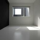 モノトーンのシンプルな寝室